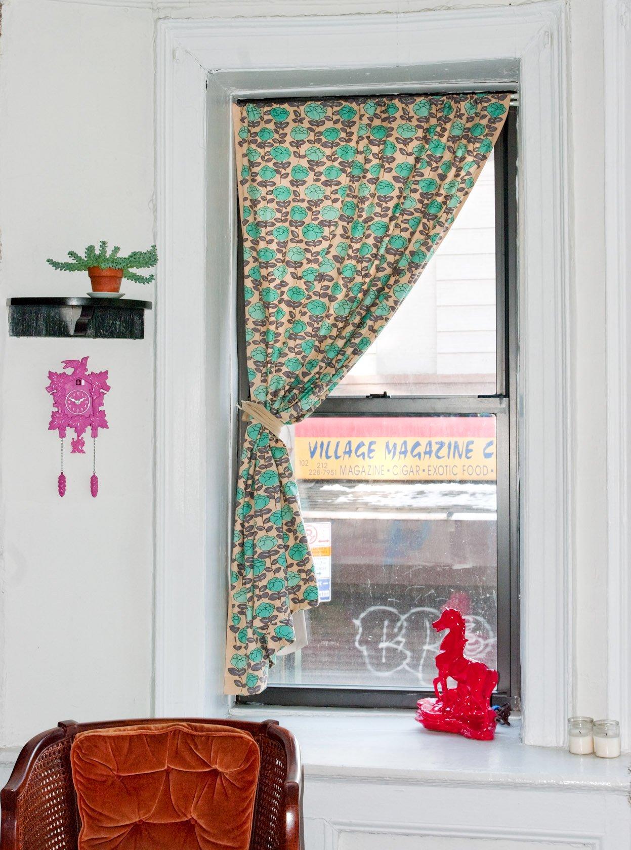 Barevný závěs do okna